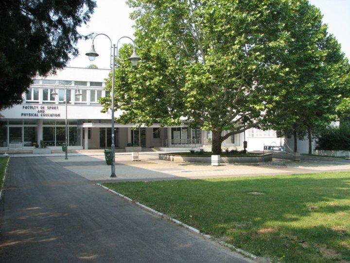 [Pogled na zgradu Fakulteta - levo]